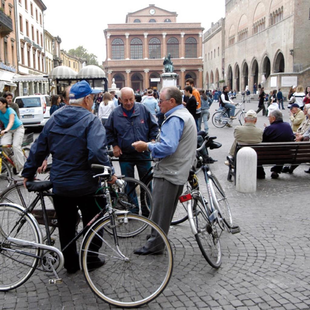 Rn, 15/05/99: anziani in piazza cavour ©GRPhoto/Riccardo Gallini
