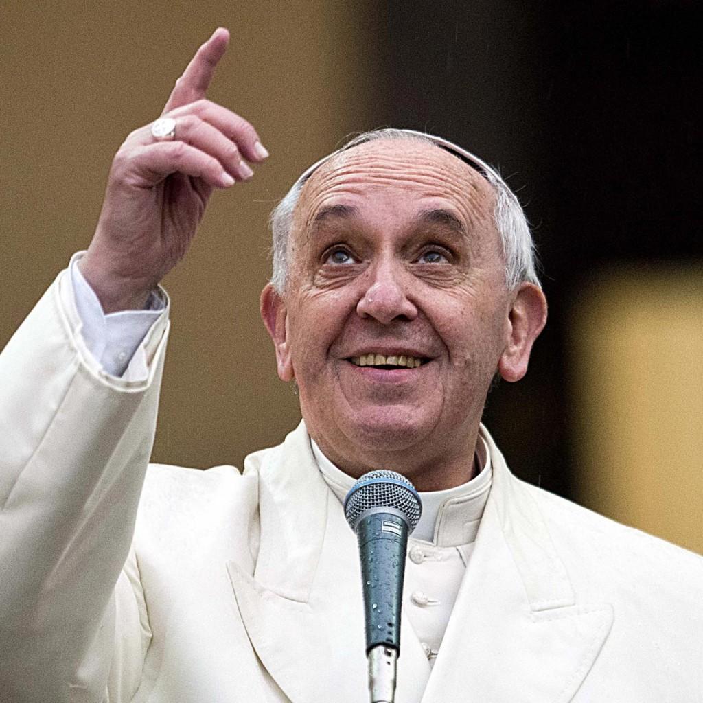 2-Papa-indica-il-cielo