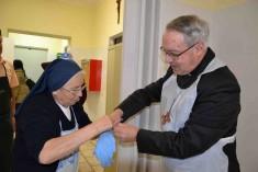 Il Vescovo oggi ha fatto servizio alla mensa della Caritas diocesana