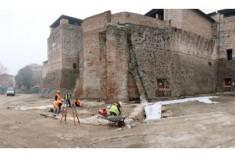 """Piazza Malatesta di Rimini – La torre """"sventola"""" sotto la Rocca. Ricostruirla?"""