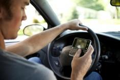Cellulare alla guida: un sms per incidente