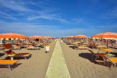 """Spiaggia, si parte due giorni prima. Gnassi: """"Turismo colpito al cuore"""""""
